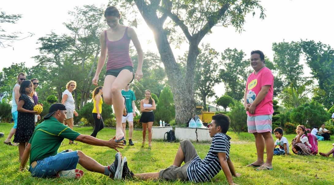 フィリピンでアクティビティを通して交流を深める高校生ボランティアたち